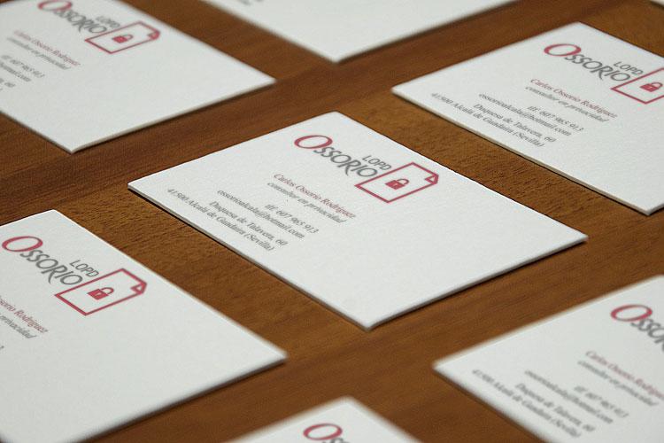 tarjetas de visita sobre mesa de madera